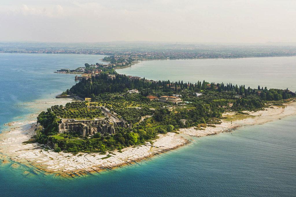 Осмотреть достопримечательности полуострова Сирмионе в сопровождении гида